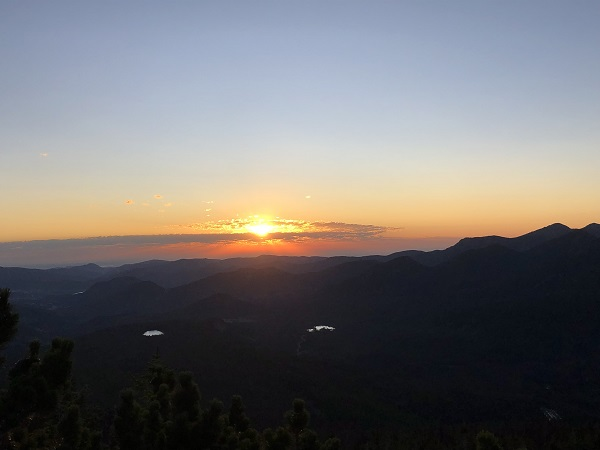 Sunrise view of Bierstadt Lake and Sprague Lake in the distance from Flattop trail